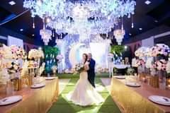 Bild könnte enthalten: 2 Personen, Personen, die tanzen, Hochzeit und Innenbereich