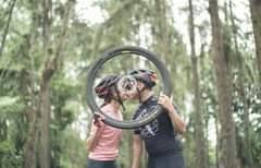 Ist möglicherweise ein Bild von eine oder mehrere Personen, Personen, die stehen, Fahrrad und außen